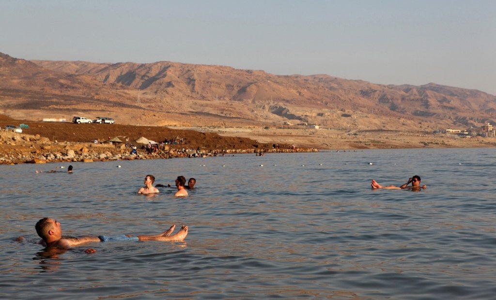 Turistas boiam no Mar Morto, na Jordânia