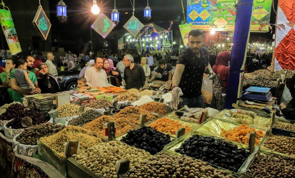 Vendedor de alimentos em mercado do Egito