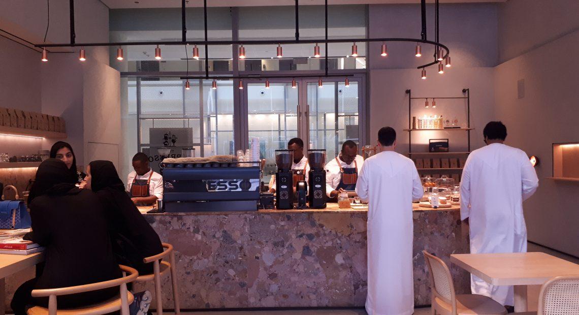 Nas cafeterias nos Emirados Árabes Unidos a modernidade abre espaço entre o antigo.