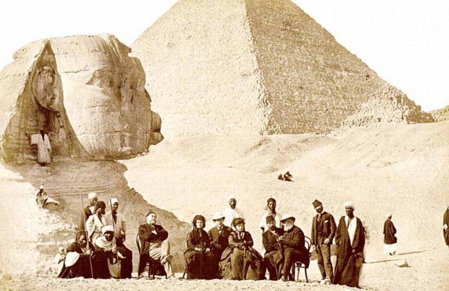 D. Pedro II e comitiva em frente às Pirâmides e a Esfinge, no Egito