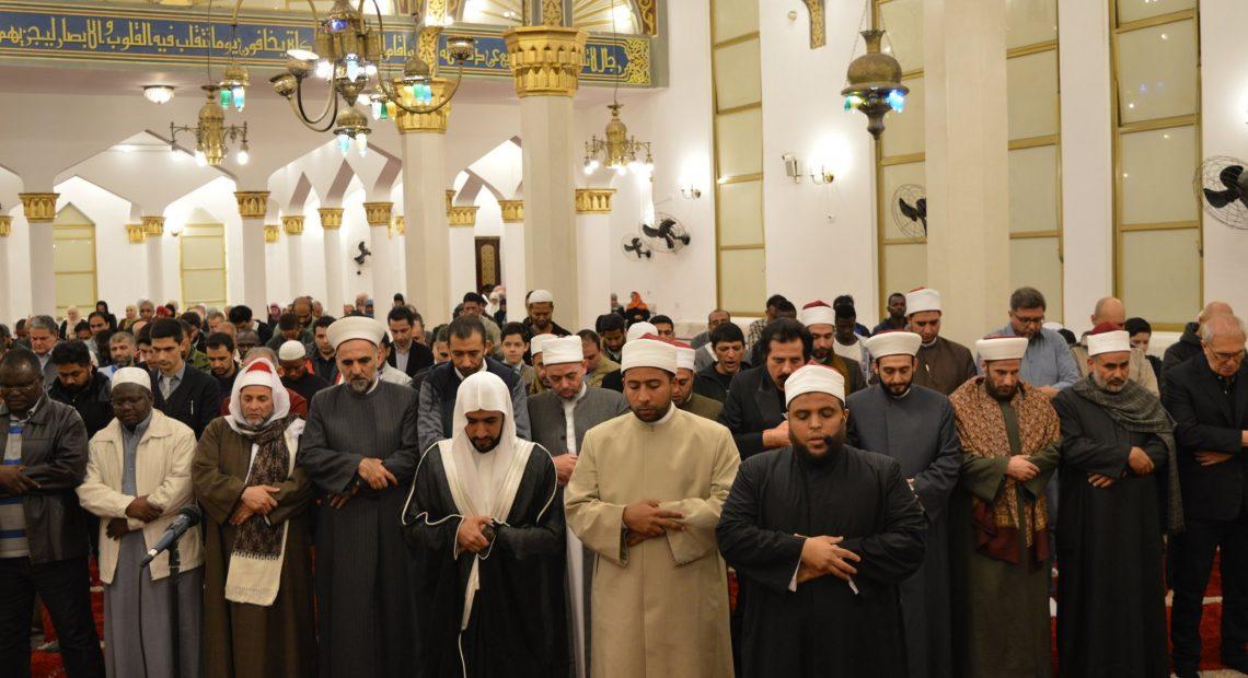 Fiéis em oração na Mesquita Brasil