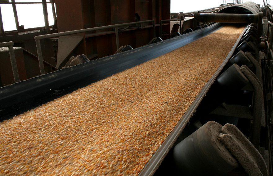 Embarque de milho no Porto de Paranaguá, no Paraná