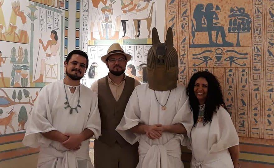 Colaboradores dos museus vestidos a caráter para o Dia da Múmia