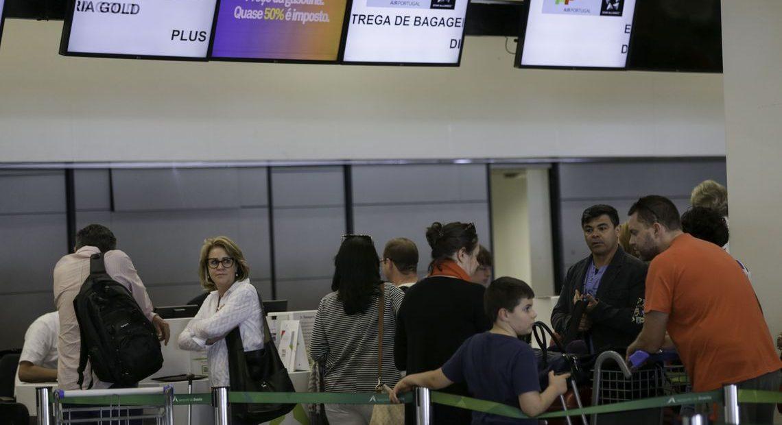 Dólar caro inibe viagens e gastos de brasileiros no exterior