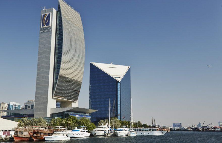 Prédio do Emirates NBD (esq.), no Dubai Creek: banco aponta crescimento so setor privado nos Emirados e Arábia Saudita, mas recuo no Egito