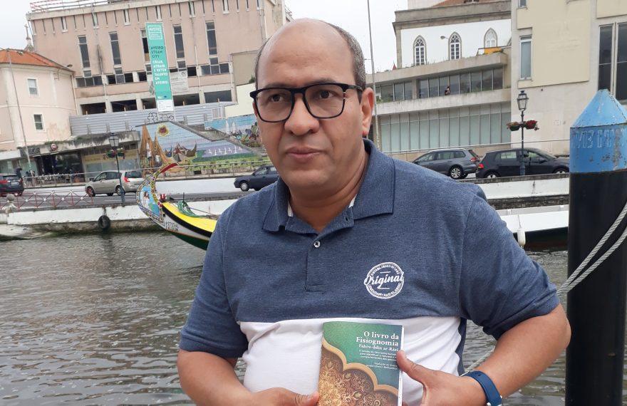 Abderraman Belhaddad mostra exemplar de sua tradução de 'o Livro da Fisiognomia'