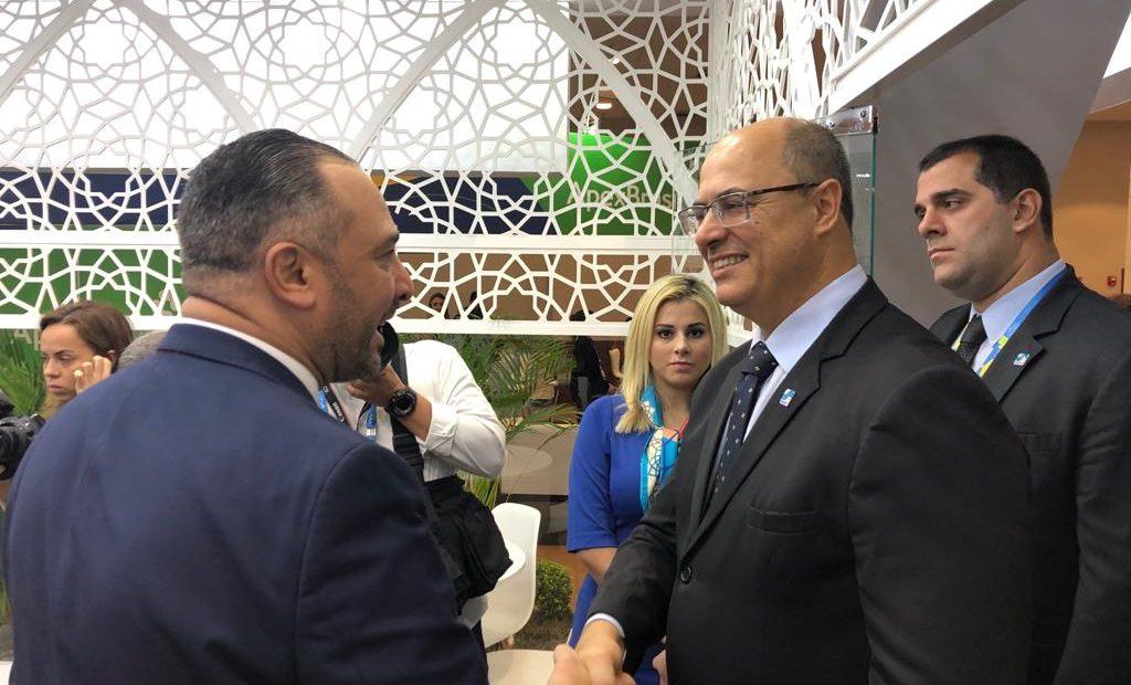 Mansour (esq.) e Witzel no estande da Câmara Árabe