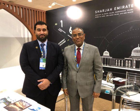 Salih (dir.) com o executivo Ali Aljari no Congresso Mundial de Câmaras