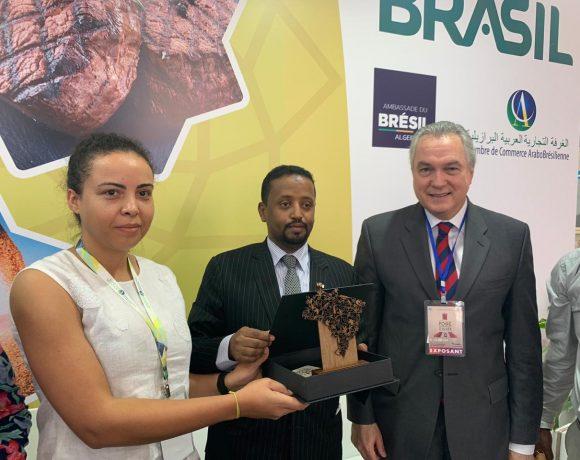 Da esq. p/ dir., Fernanda Baltazar, Amin Abdulkadir e Flávio Marega