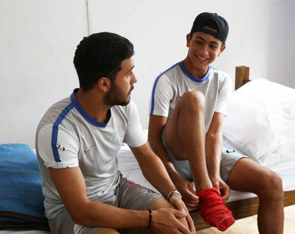Hafith (esq.) e Ahmad são refugiados sírios