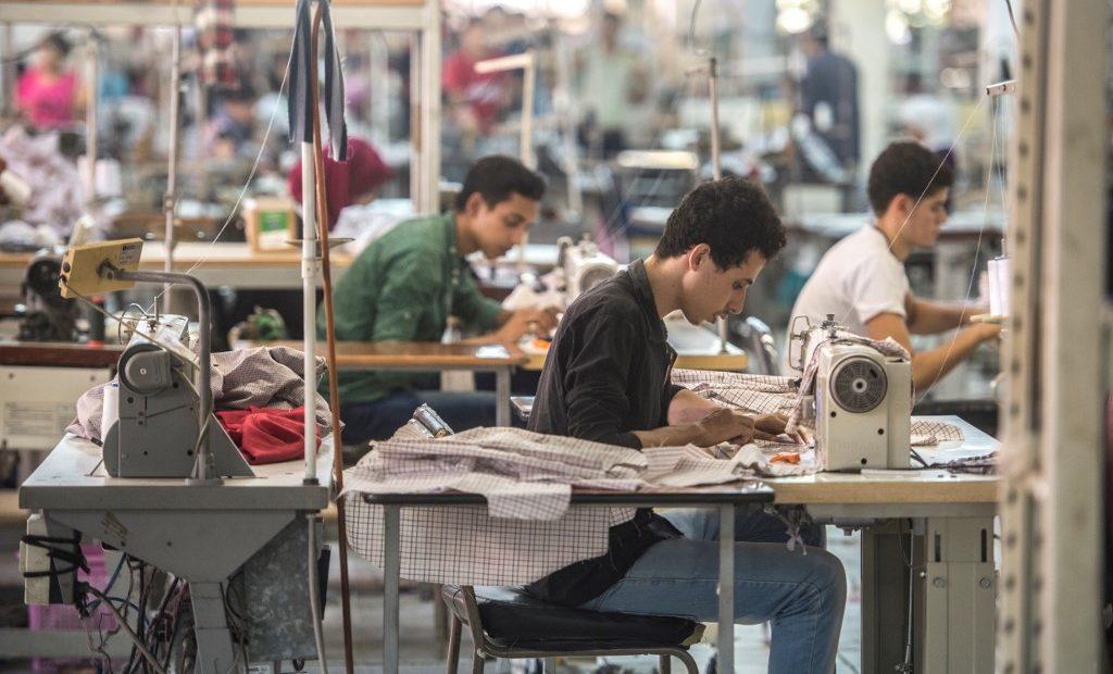 Trabalhadores em fábrica de roupas no Egito