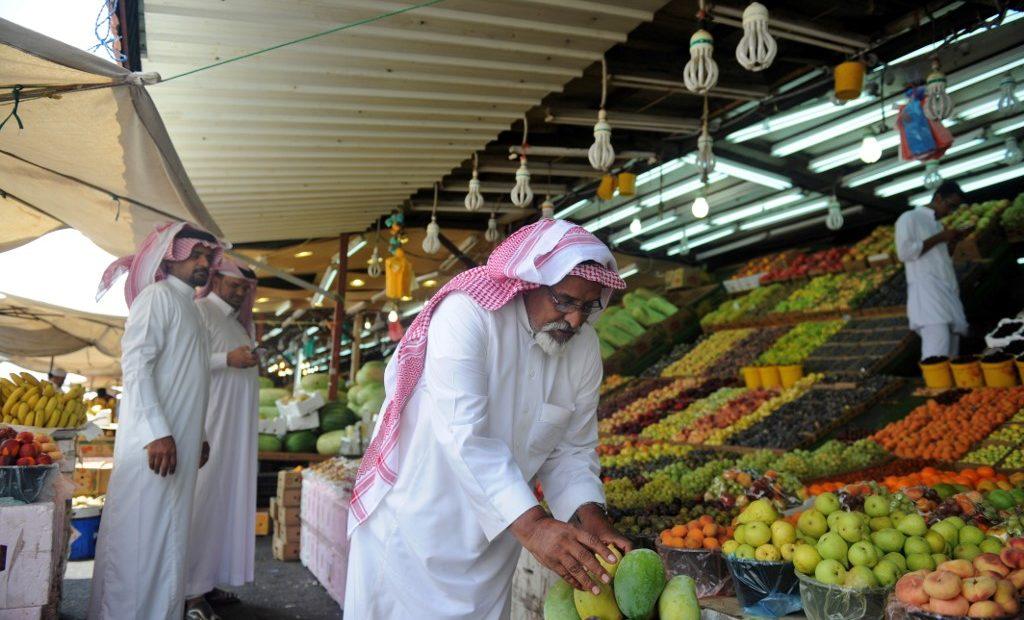 Consumidor faz compras em Taif, na Arábia Saudita