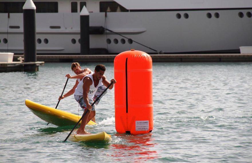 Chambers (à frente) pratica stand up paddle
