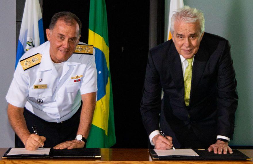 O comandante da Marinha, Ilques Barbosa Junior (esq.), e o presidente da Petrobras, Roberto Castello Branco: acordo para pesquisa marítima
