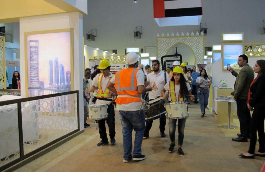 Banda passa tocando pelo estande dos Emirados na Feira de Damasco