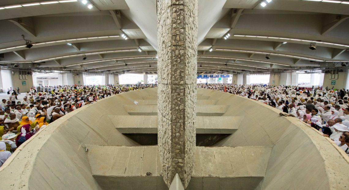 Peregrinos participam do ritual de apedrejamento em Mina, durante o Hajj