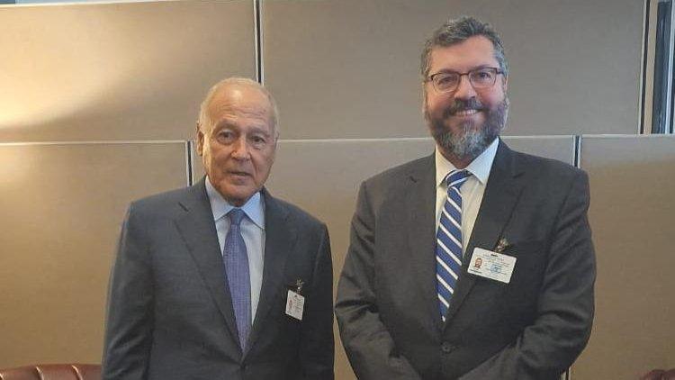 O secretário-geral da Liga Árabe, Ahmed Aboul Gheit (esq.), e o chanceler do Brasil, Ernesto Araújo