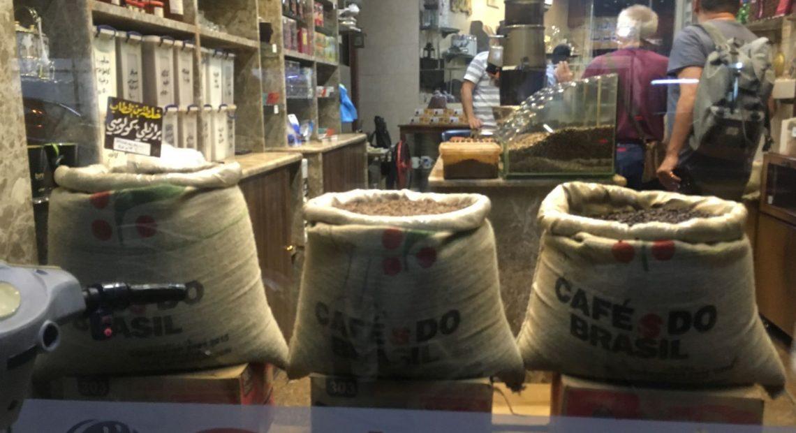 Vitrine com sacas de café do Brasil em Latákia, na Síria