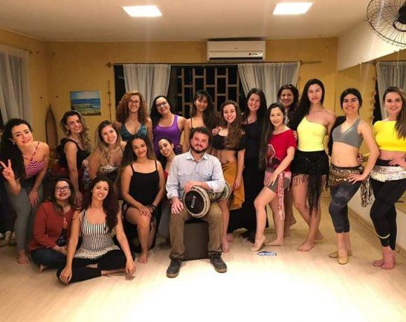 Messer e suas alunas: percussão árabe