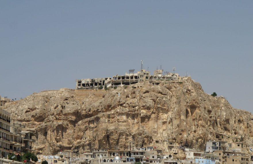Ruínas do hotel Safr, no alto do morro que domina a paisagem de Maalula, na Síria