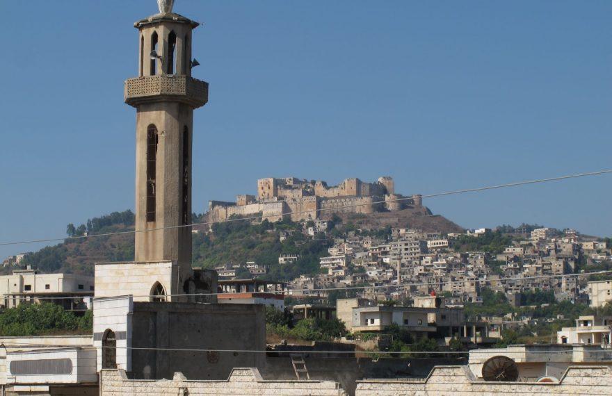 O Crac des Chevaliers visto a partir do vilarejo de Al-Hosn, na Síria