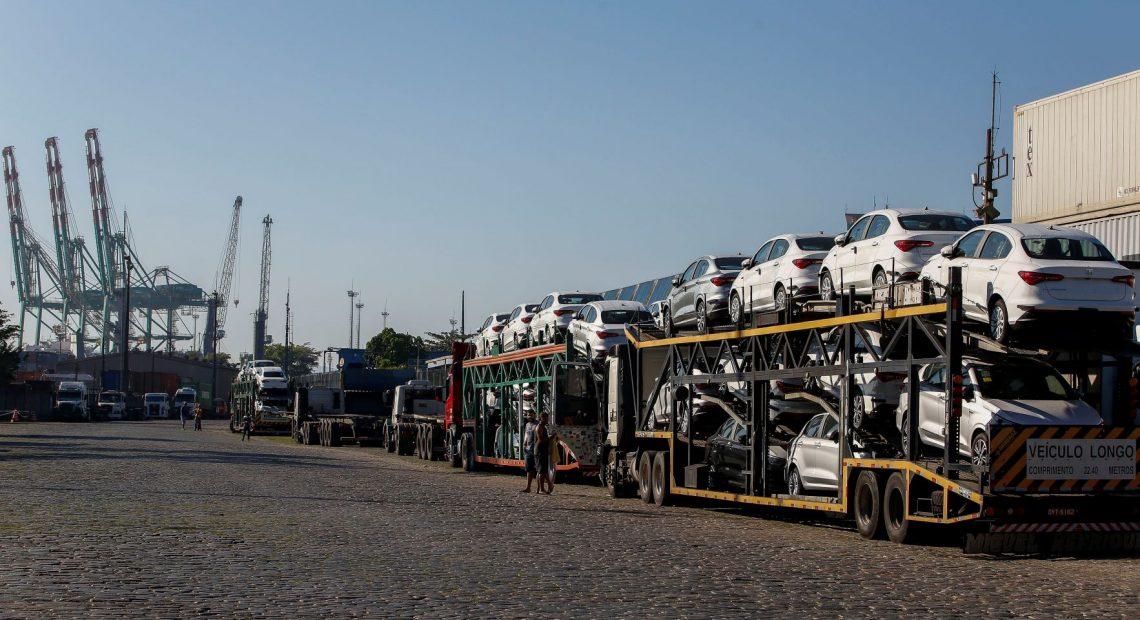 Automóveis aguardam embarque no Porto de Santos