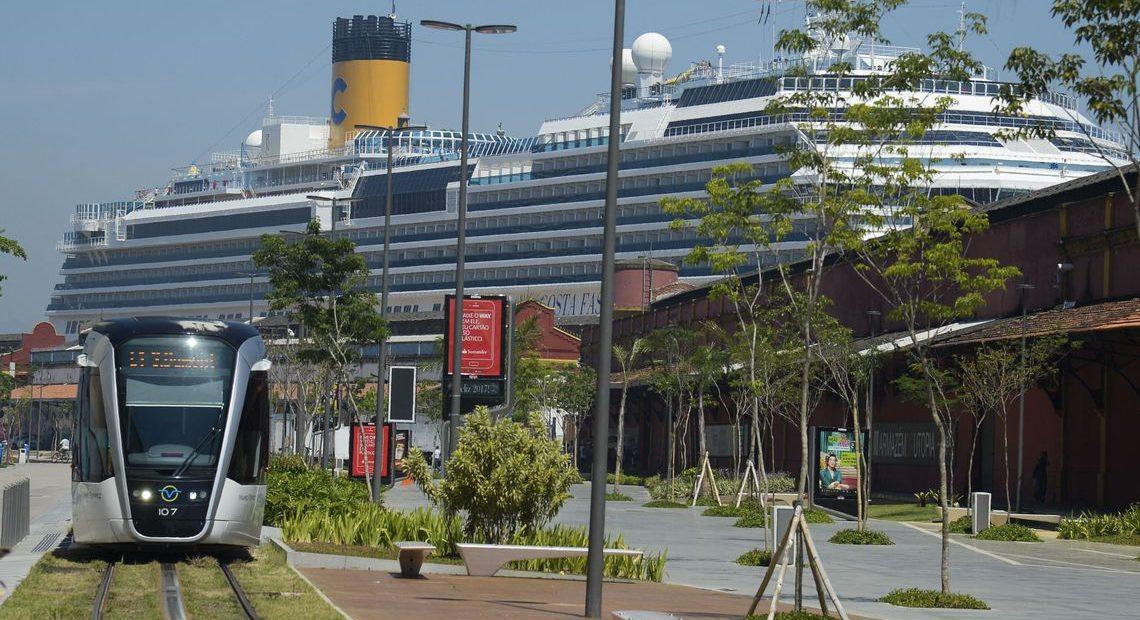 Cruzeiros: navio atracado no Pier Mauá, no Rio de Janeiro
