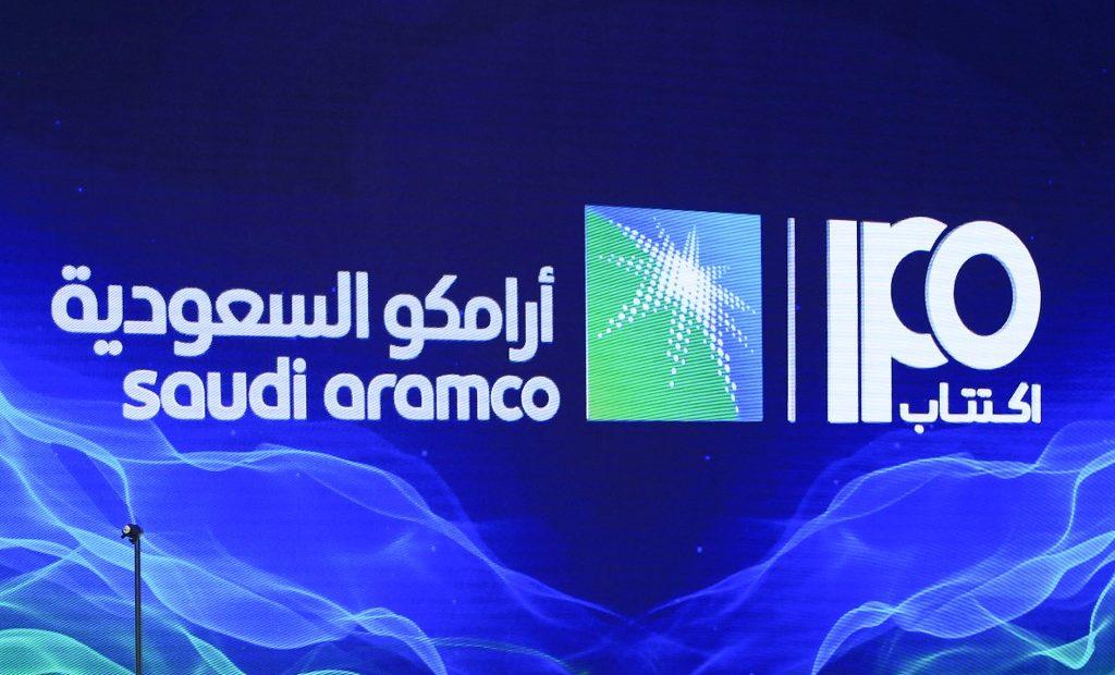 Painel sobre a oferta pública da Saudi Aramco foi usado em coletina neste domingo (03)