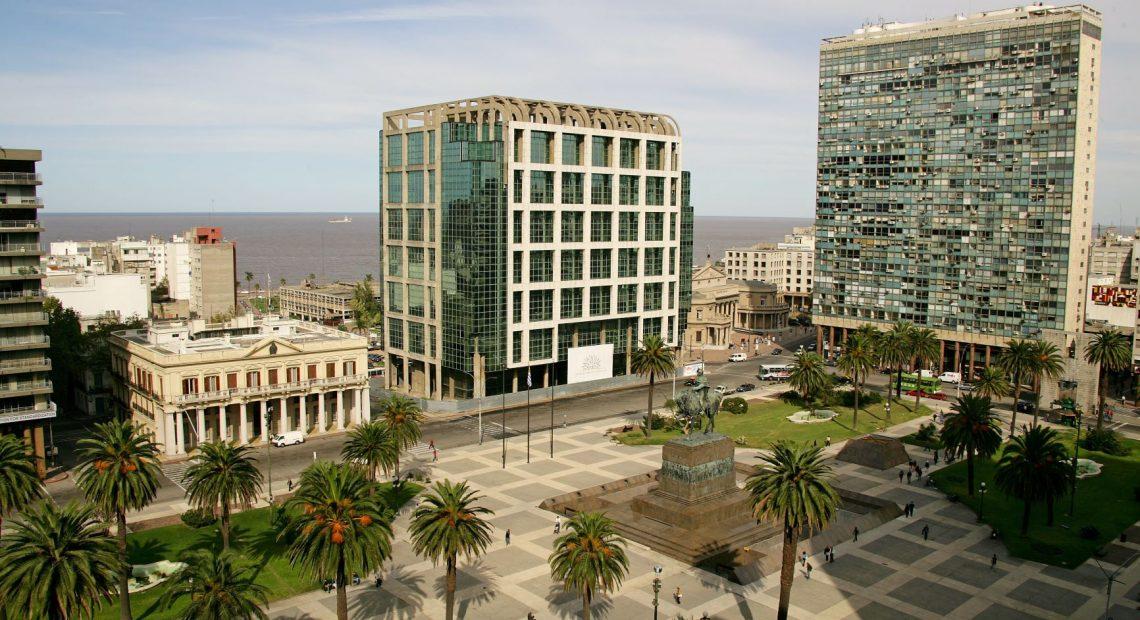 Praça da Independência em Montevidéu, Uruguai, com o prédio onde fica o escritório da Petrobras ao fundo.