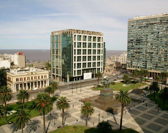 Praça da Independência em Montevidéu, Uruguai. Petrobras vai vender ativos no país.
