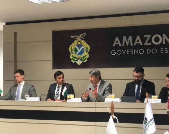 Wilson Lima (2ª da esq. p/ dir.), governador do Amazonas, e Alzeben (3º da esq. p/ dir.)