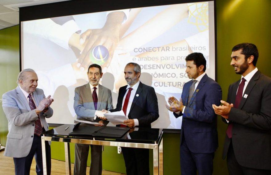 Executivos do porto de Abu Dhabi assinaram memorando de entendimentos com a Câmara Árabe