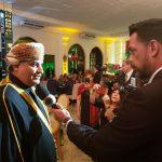 Embaixador de Omã (esq.) dá entrevista durante a celebração da Data Nacional