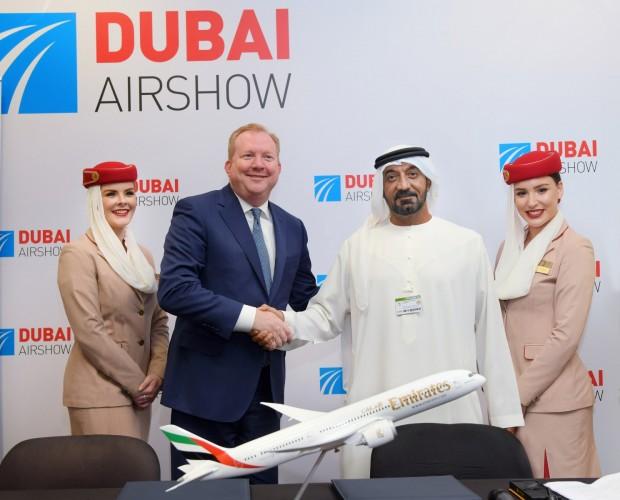 Executivos da Boeing (esq.) e da Emirates na Dubai Airshow