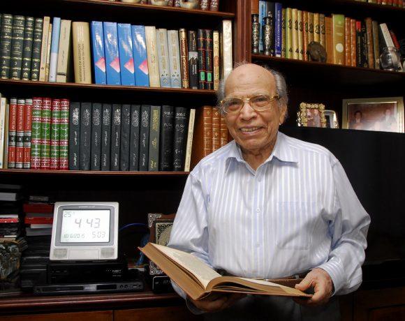 O professor Helmi Nasr em sua casa, em São Paulo