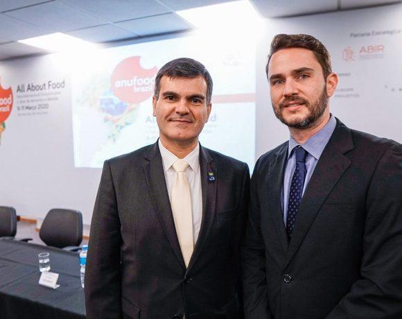 Sérgio Segovia (esq.), da Apex-Brasil, e Cassiano Francchinetti, da Kolenmesse Brasil, em evento de divulgação da Anufood