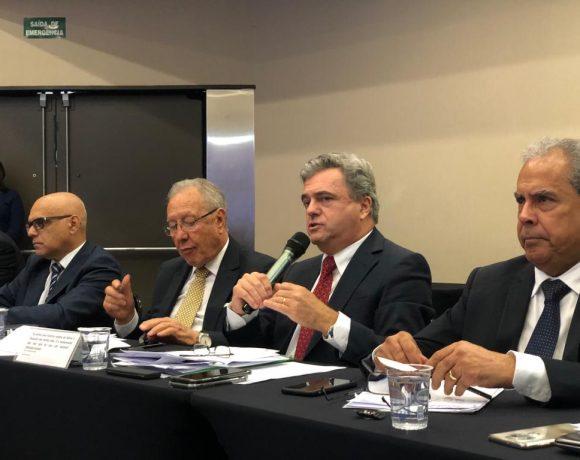 Ao centro, Turra (esq.) e Santin (dir.), da ABPA, associação dos exportadores de frango