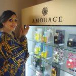 Julia de Biase em sua loja de perfumes