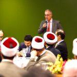 Rubens Hannun, da Câmara Árabe, fala em jantar ecumênico realizado na sede da entidade, em São Paulo