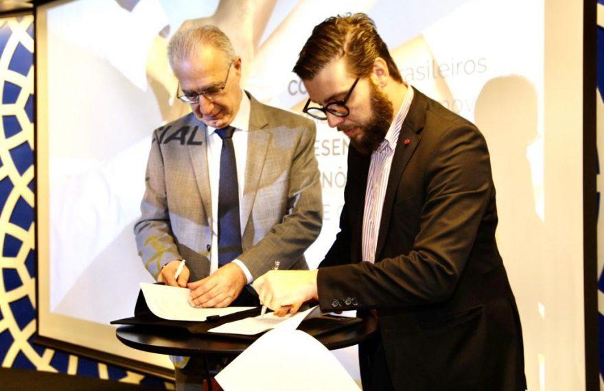 Rubns Hannunm (esq.), da Câmara Árabe, e Roberto Alves Gallo Filho, da Abimde